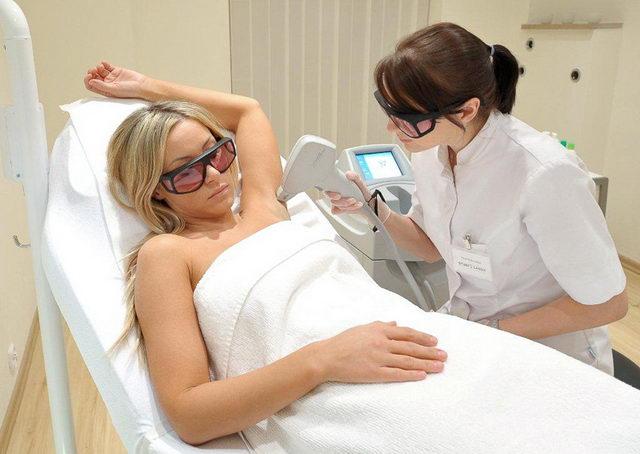 Повышенное потоотделение у женщин: причины и лечение