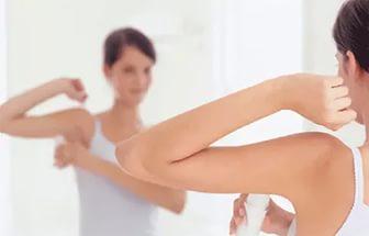 В чем разница между антиперспирантом и дезодорантом
