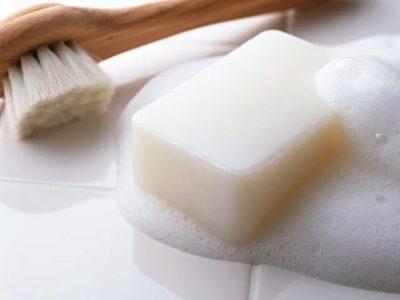 Как отстирать желтые пятна от пота под мышками — популярные способы для белых и цветных вещей